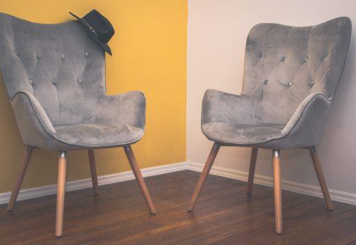 sillas de terciopelo gris